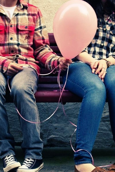 Women_love_bench_sitting_boys_balloons_lovely_angel_2304x1440